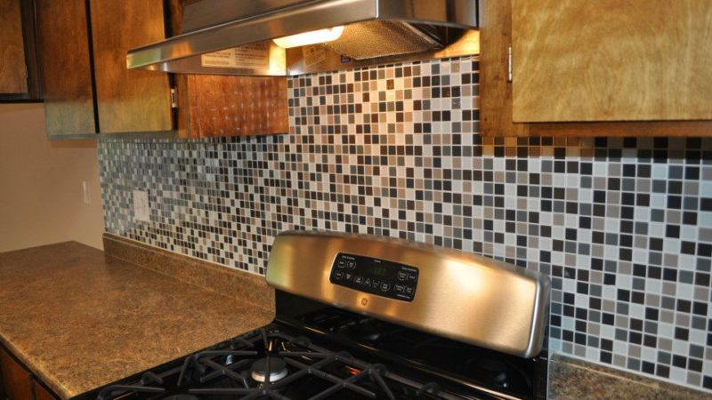 picture of 1112 burton middle townhome stove and tile backsplash